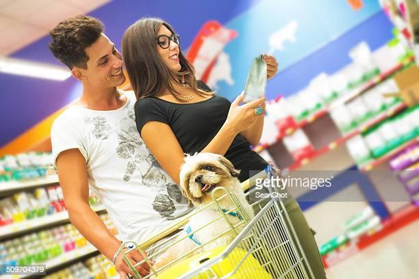 Casal de compras na Loja de Animais de estimação com Shih tzu em primeiro plano