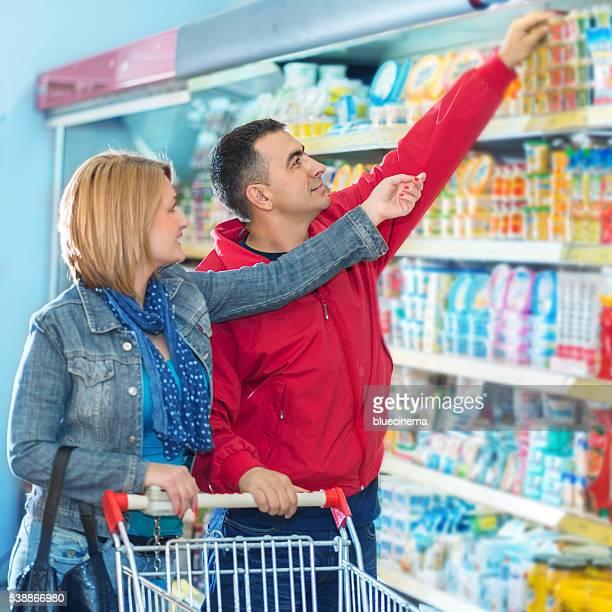 Paar Einkaufen im Supermarkt.