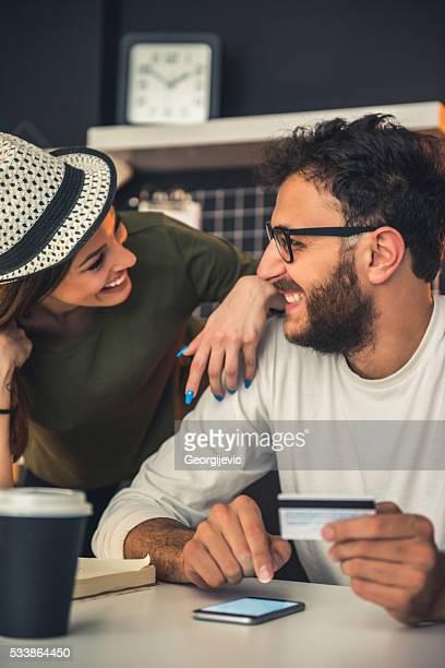 Couple faire des achats sur internet