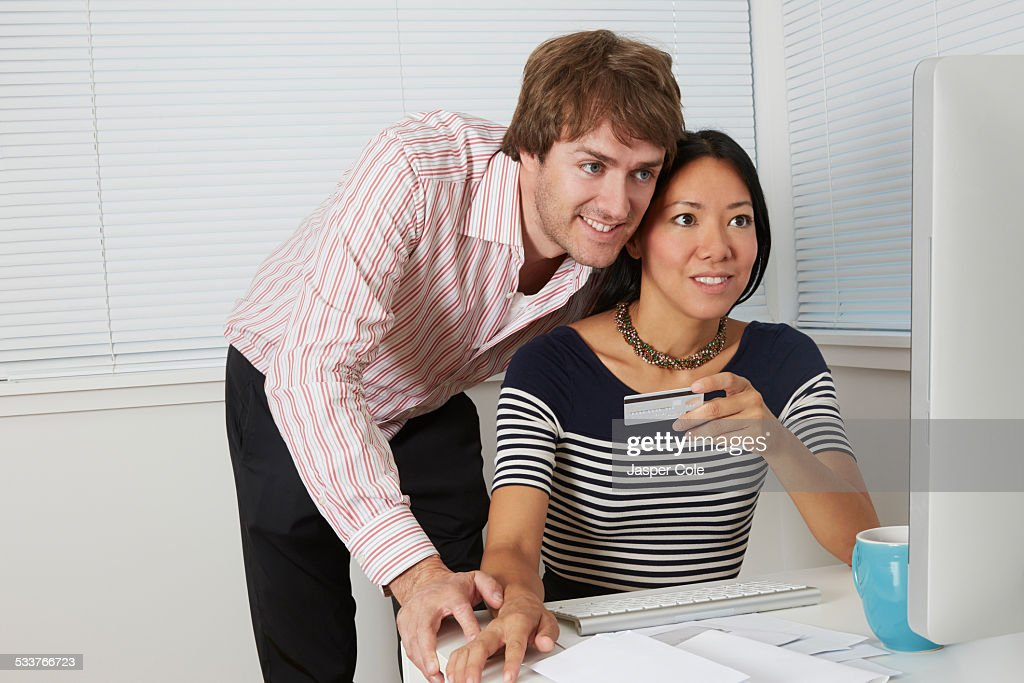 Couple shopping online together : Foto stock