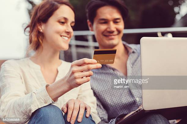 Paar online-shopping mit Kreditkarte