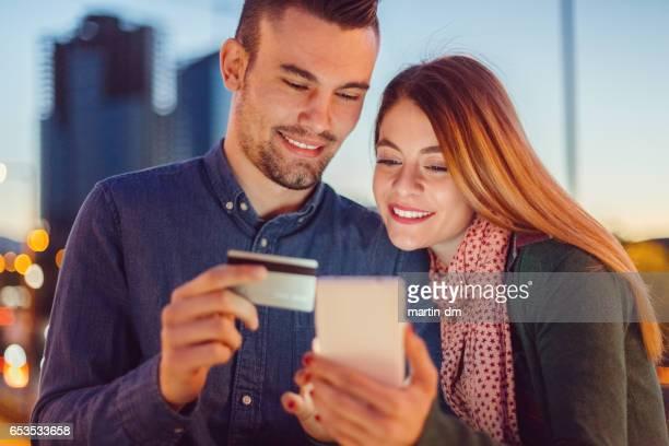 Couple de shopping en ligne avec carte de crédit