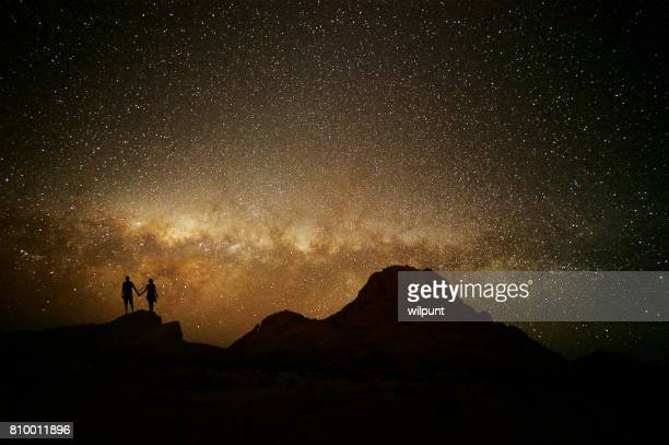Paar Silhouette gegen die Milchstraße und Berg