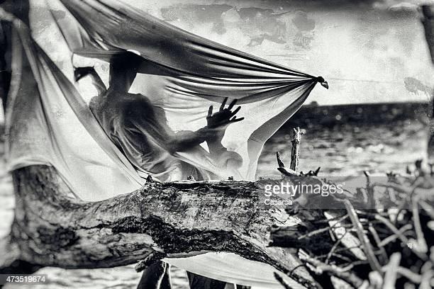 silhouette de couple - amour noir et blanc photos et images de collection