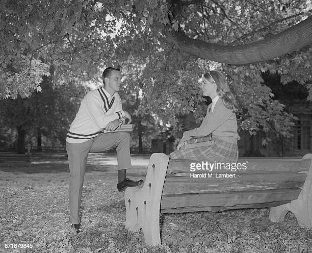 couple sitting and talking under tree - {{relatedsearchurl(carousel.phrase)}} fotografías e imágenes de stock