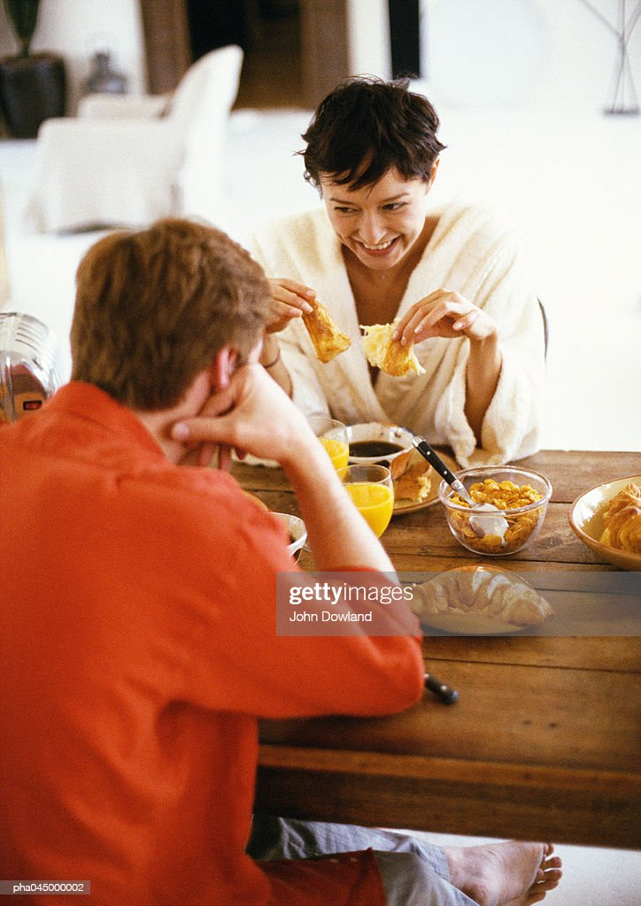 Couple sitting at table, having breakfast : Stockfoto
