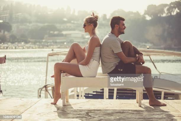 Paar sitzen Rücken an Rücken