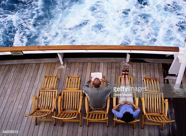 couple sitting on a cruise ship deck - ponte di una nave foto e immagini stock