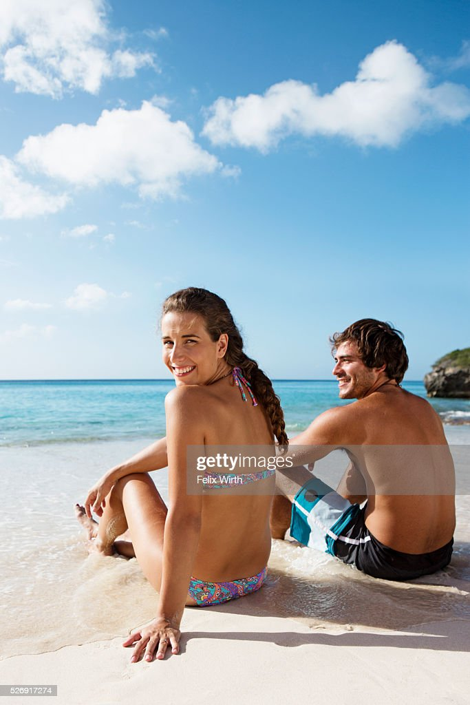 Couple sitting on beach : ストックフォト