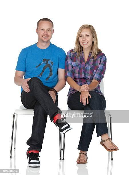 Couple assis sur des chaises