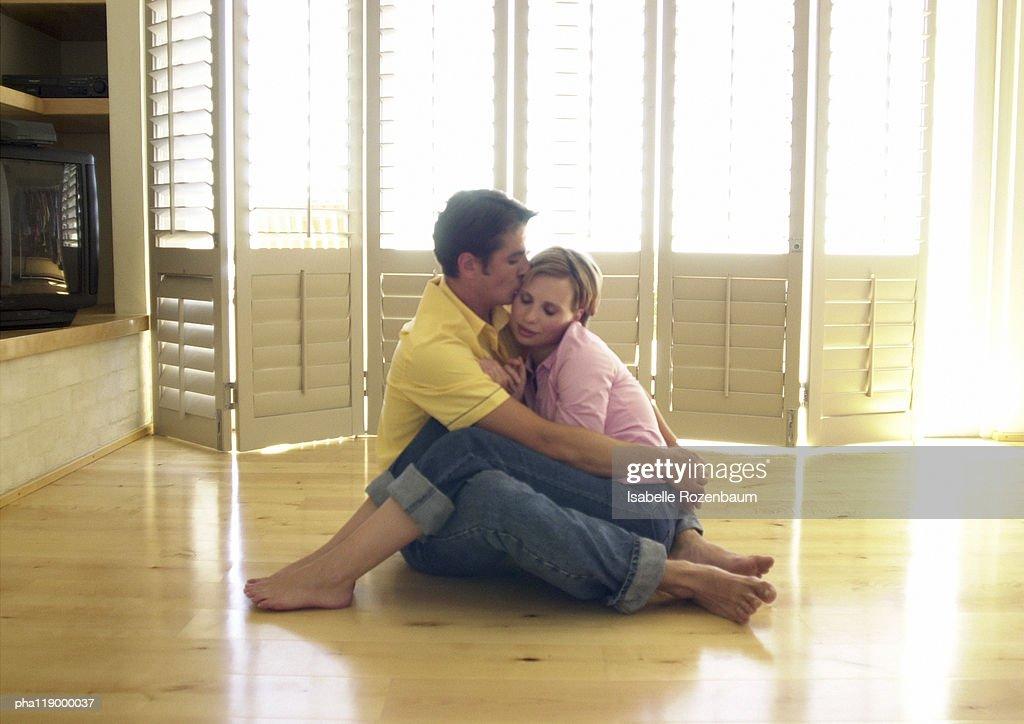 Couple sitting on floor : Stockfoto
