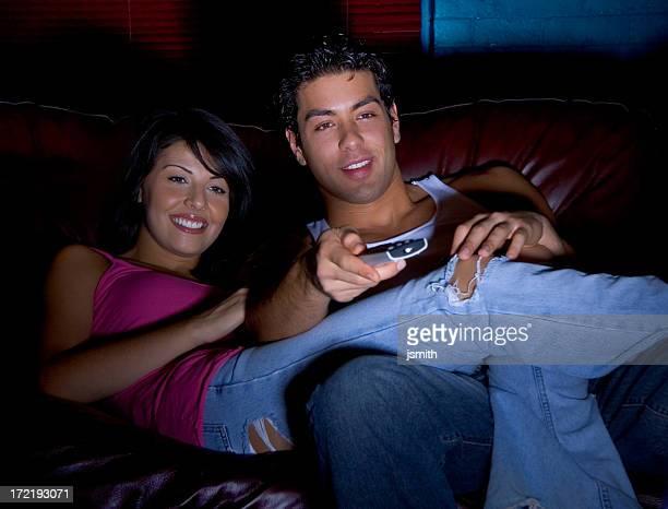 paar vor dem fernseher - television show stock-fotos und bilder