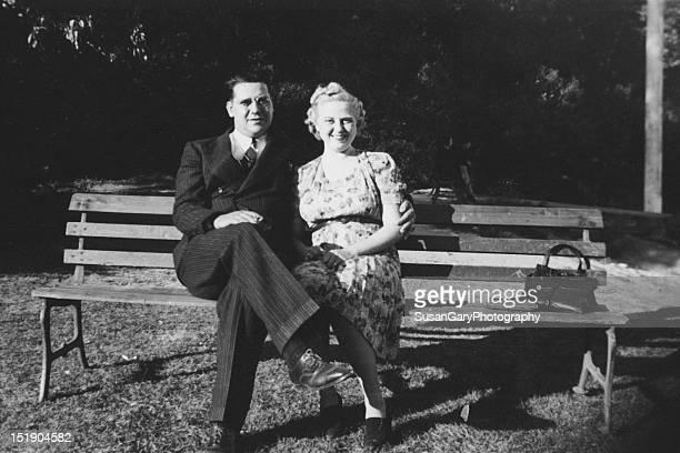 couple sitting on park bench - 1930 1939 fotografías e imágenes de stock