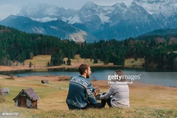 Paar, sitzen auf der Wiese in der Nähe von Gerold See in Alpen