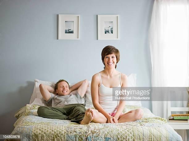 Paar sitzt auf Ihrem Bett