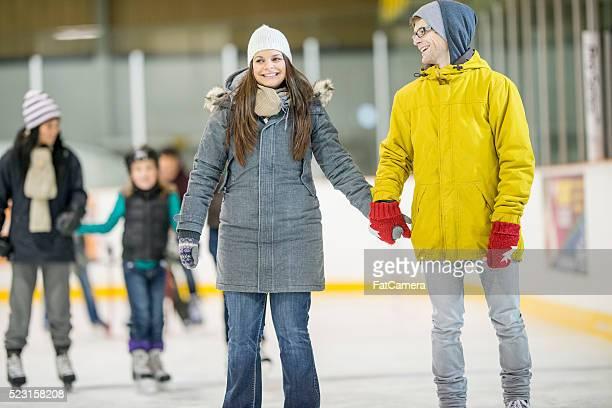 Paar Eislaufen sich in der Eislaufhalle
