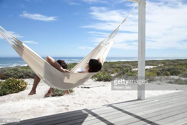 Coppia di dormire su un'amaca