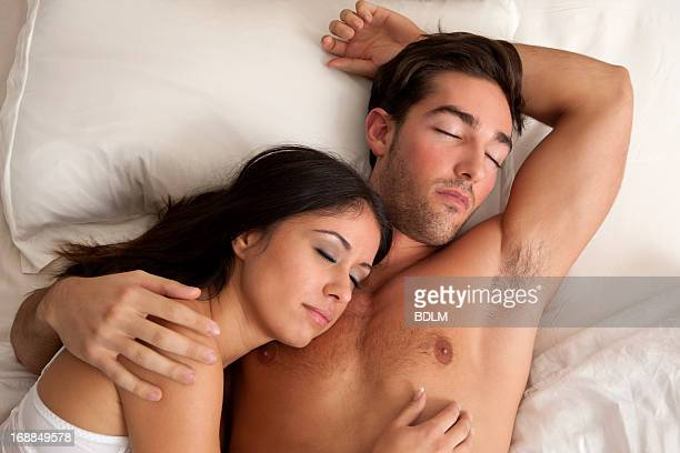couple sleeping in bed - bras humain photos et images de collection