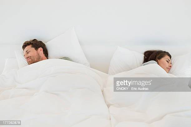 couple sleeping on the bed - couple lit photos et images de collection