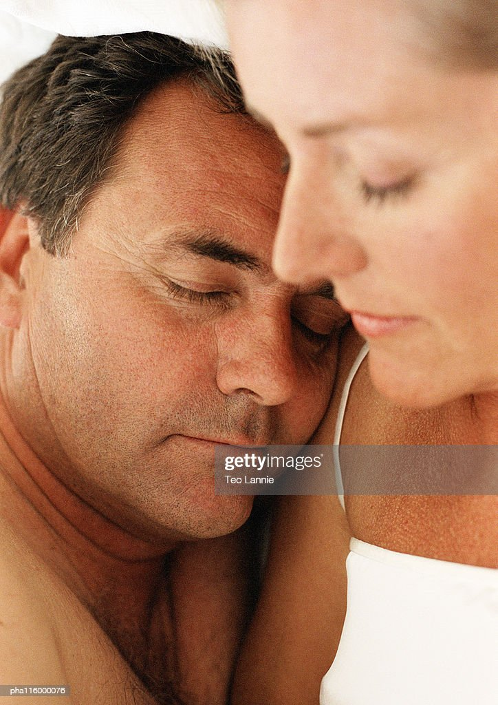 Couple sleeping side by side, eyes closed, close-up : Stockfoto