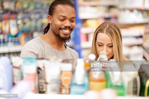 paar ruiken hair conditioner - shampoo stockfoto's en -beelden