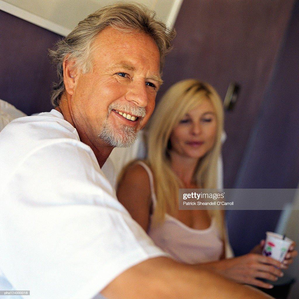 Couple smiling, focus on man : Stockfoto