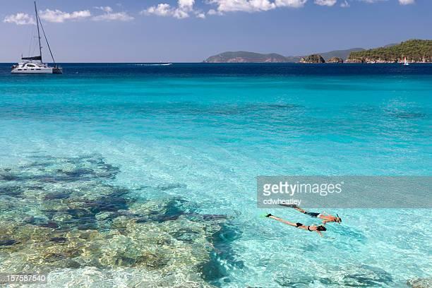 Paar beim Schnorcheln im kristallklaren Wasser der Karibik