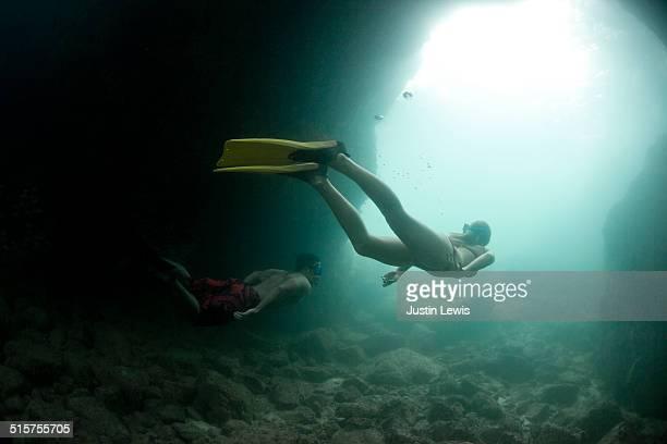 couple snorkeling, skin diving underwater sea cave - aventura - fotografias e filmes do acervo