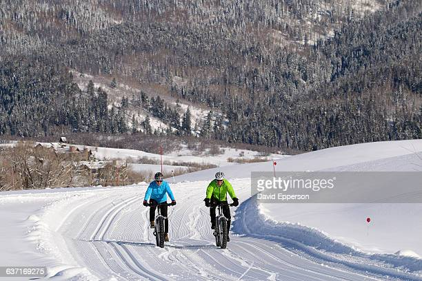 couple snow biking in colorado - steamboat springs colorado - fotografias e filmes do acervo
