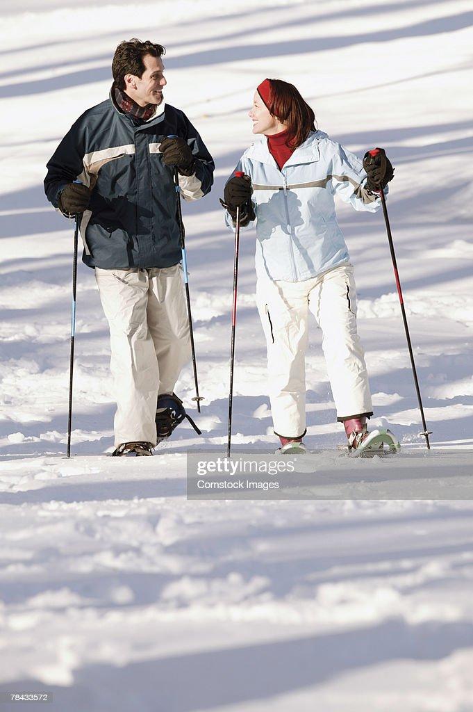 Couple snowshoeing : Stockfoto