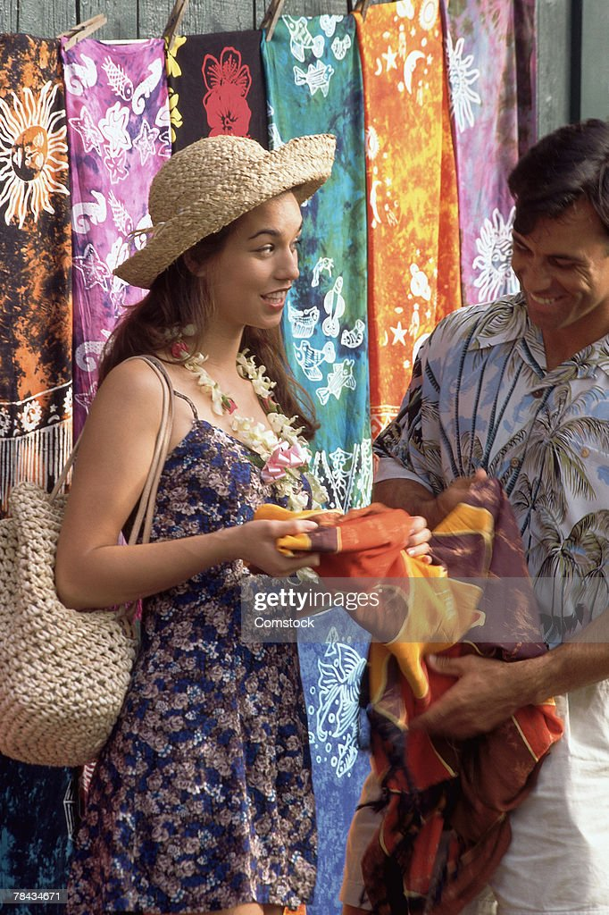 Couple souvenir shopping : Stockfoto