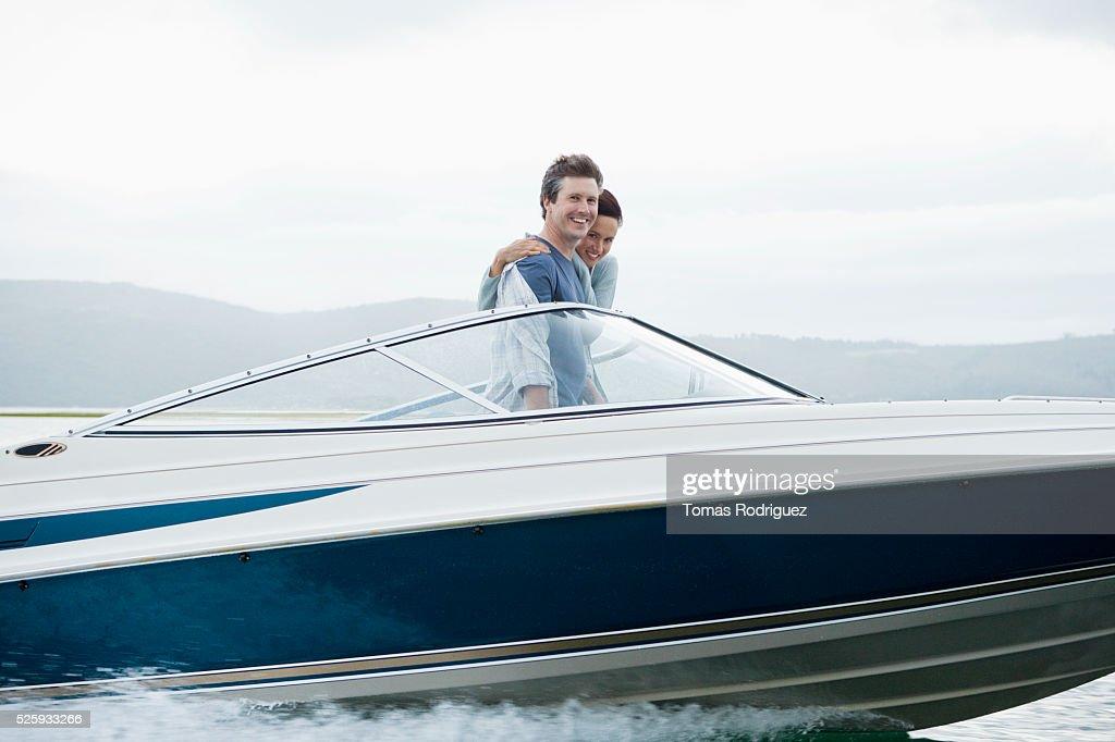Couple speeding on motorboat : Stockfoto