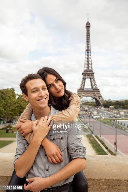couple spending some days in vacation to paris - esplanade du trocadero stock pictures, royalty-free photos & images