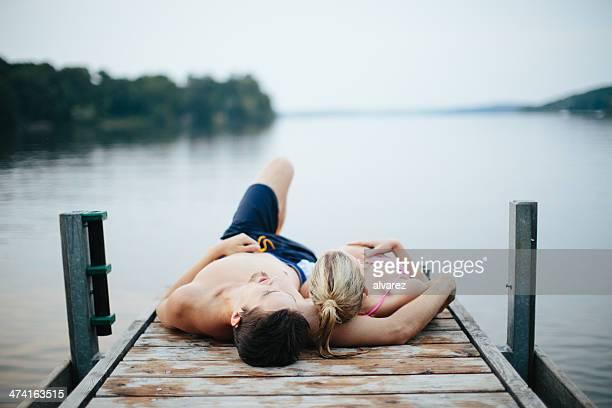 Paar verbringen Zeit zusammen am See
