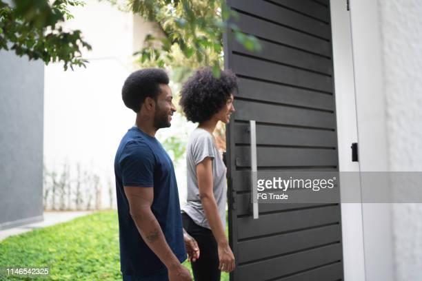 par som står vid deras dörr, väntar på någon - opening event bildbanksfoton och bilder