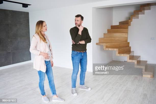 couple standing in empty flat - hommes nus photos et images de collection