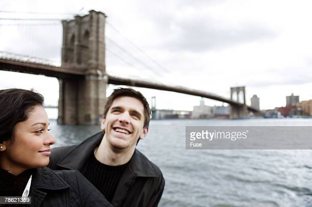couple standing in front of brooklyn bridge - ニューヨーク郡 ストックフォトと画像