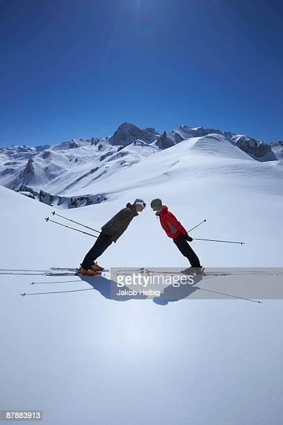 couple standing in mountain landscape - trois vallees - fotografias e filmes do acervo