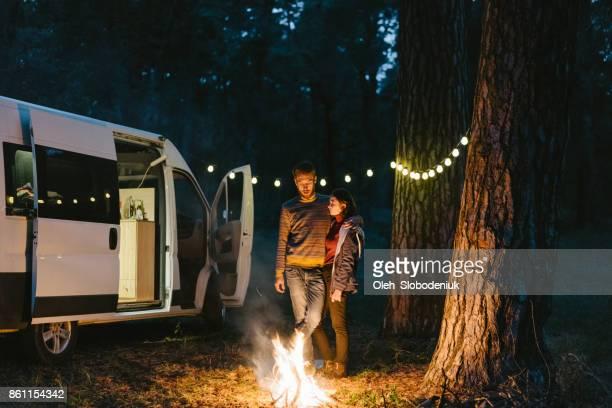 Paar Stand in der Nähe am Lagerfeuer im Wald