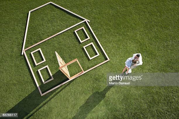 Paar Stand neben Haus Kontur