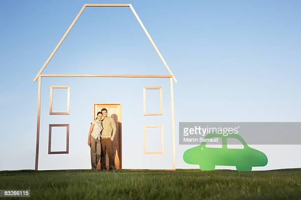 Paar Stand neben vertikale Haus Kontur und Auto-Ausschnitt