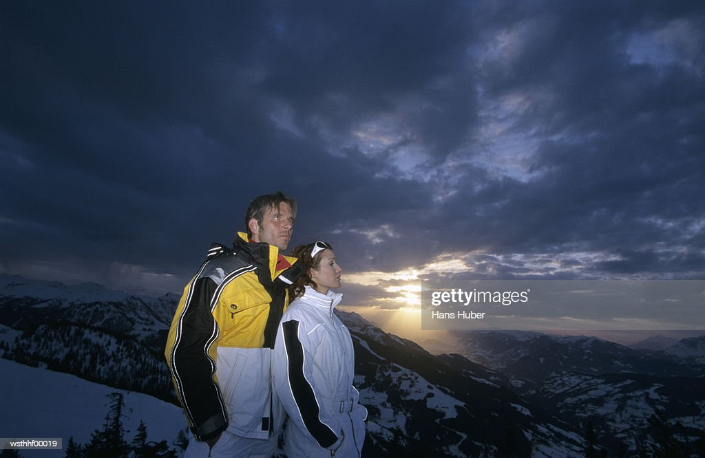 Couple standing on mountain : Stockfoto
