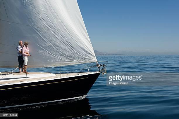 Couple debout sur un bateau à voile
