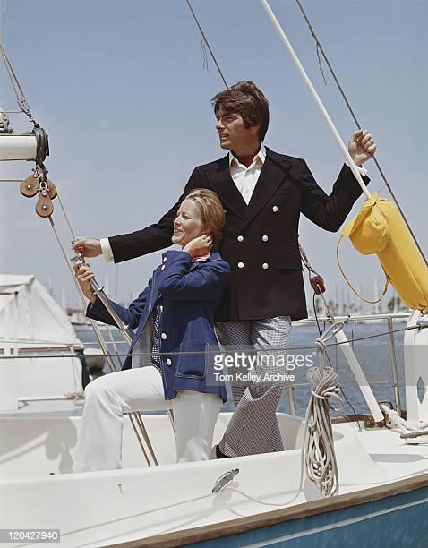 カップルに立って微笑むボート、セーリング - 1975年 ストックフォトと画像