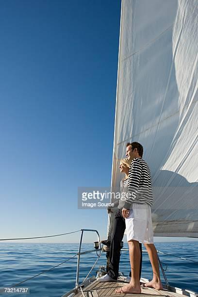 Paar stehend auf Schiffen Schleife