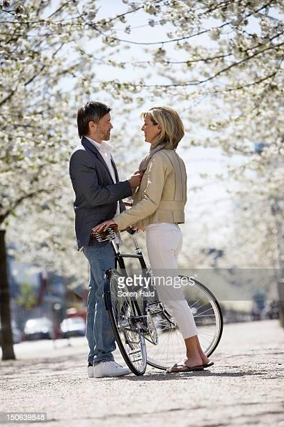 Paar stehen mit Fahrrad im park