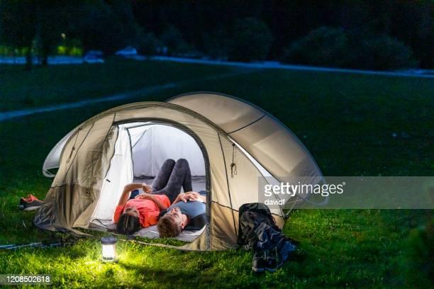 paar star gazing bei nacht in den europäischen alpen - weltraum und astronomie stock-fotos und bilder