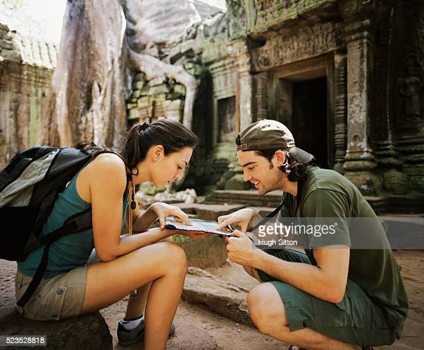 couple studying map at temple - hugh sitton photos et images de collection