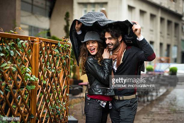 Paar überrascht mit Schweres Regen