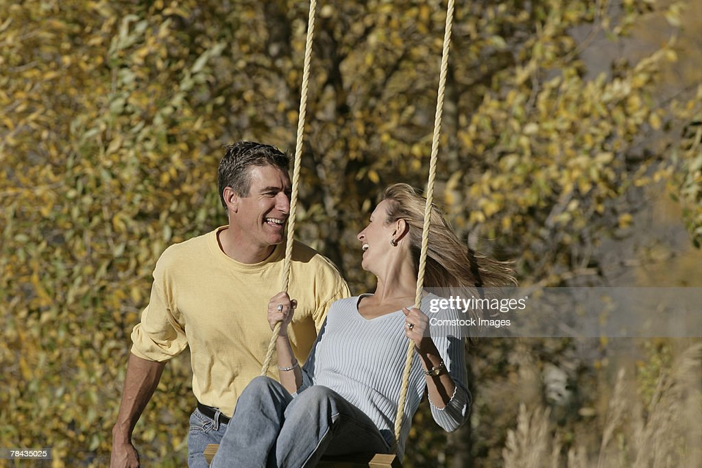 Couple swinging : Stockfoto